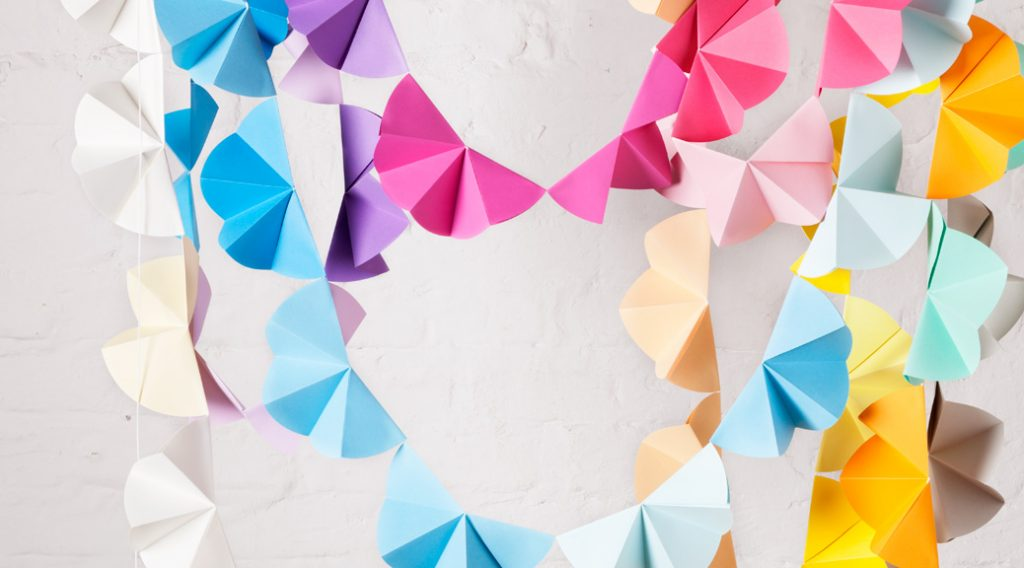 DIY Partydeko basteln: Schnell und einfach eine Partygirlande aus Papier selber basteln