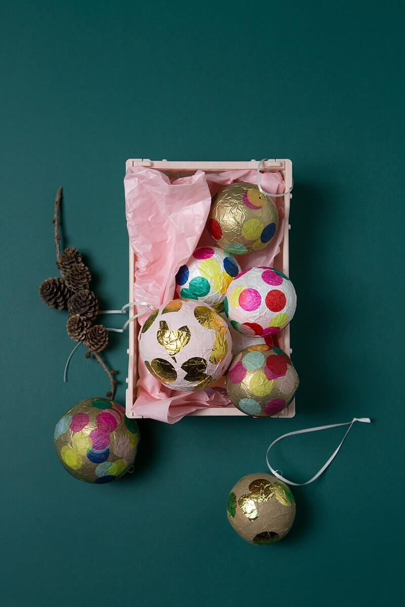 Wie wäre es mit einer Runde Baumschmuck Basteln und alle Familienmitglieder von Klein bis Groß helfen mit? Dann habt ihr diese schönen DIY Weihnachtskugeln aus Papier nämlich schneller gezaubert, als der Weihnachtsmann durch den Kamin rutschen kann. Wundervoll, oder? Ihr könnt die Baumkugeln mit den Inhalt des Bastelsets ganz einfach und schnell selbst basteln. Die Box enthält Material für 8 Wunderkugeln. Happy Weihnachten! #wlkmndys #diy #weihnachten #baumschmuck #weihnachtskugeln #b...