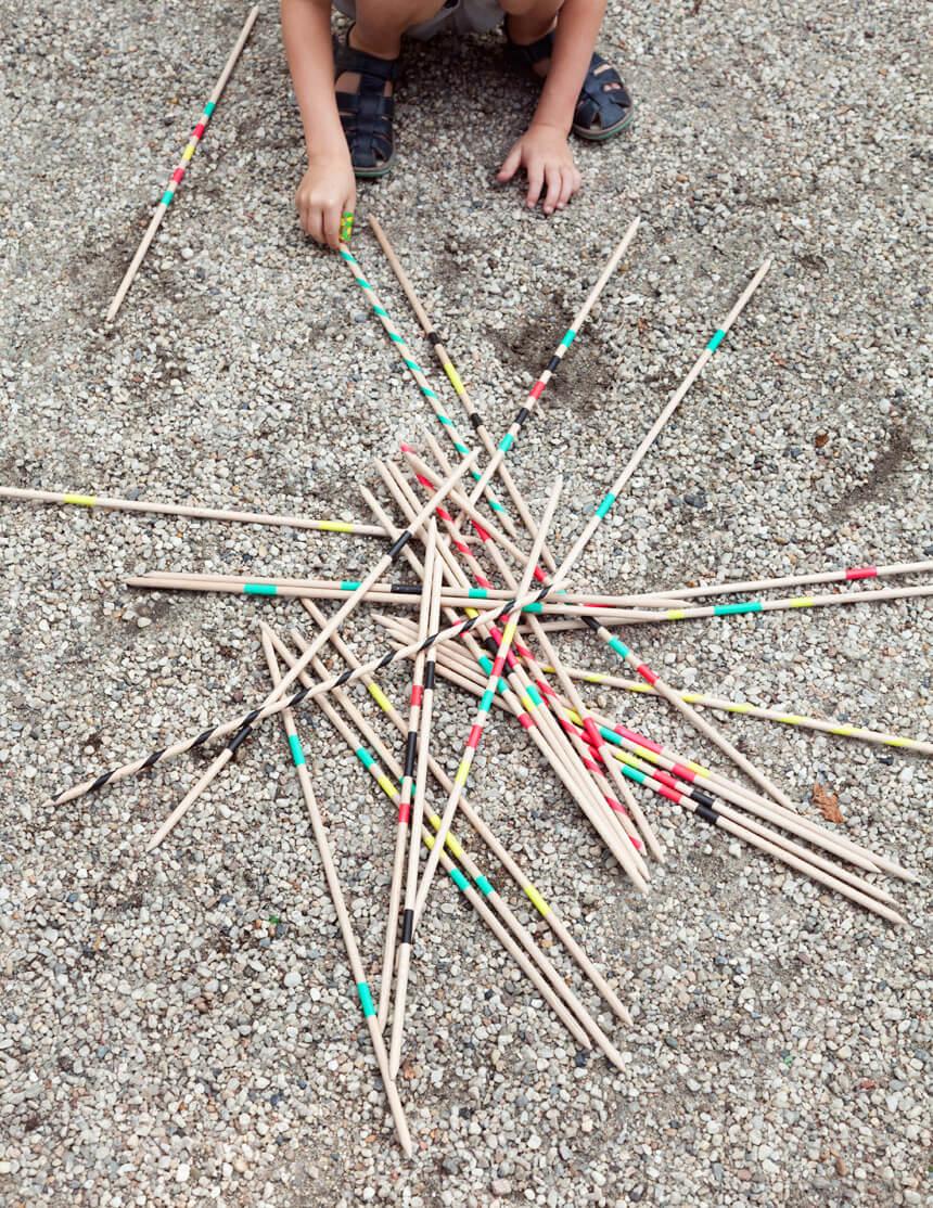 Riesenmikado: DIY Spiele mit Kindern basteln