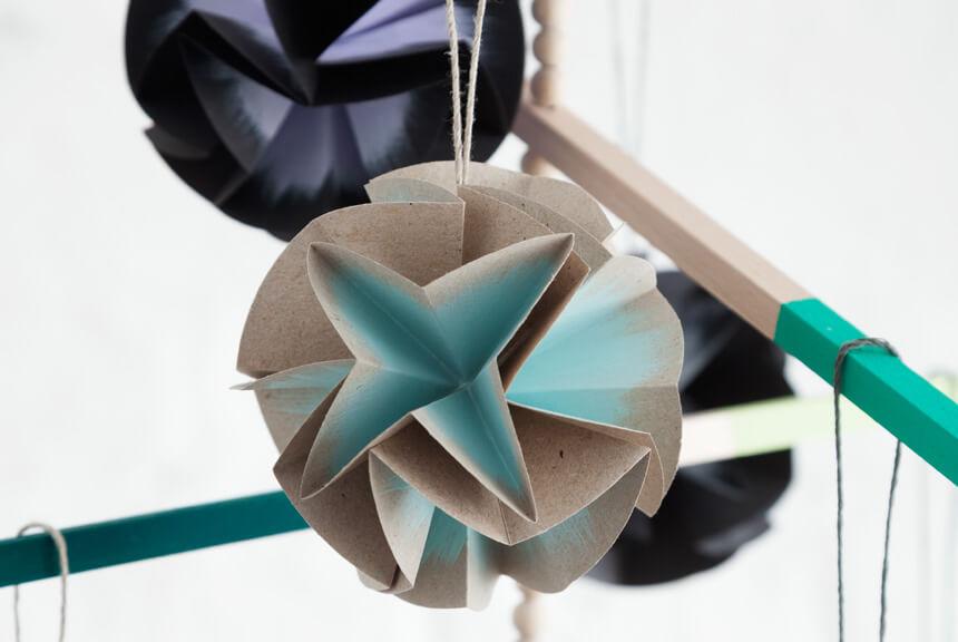 Weihnachtsbaumkugeln basteln - DIY Papierbaumkugeln