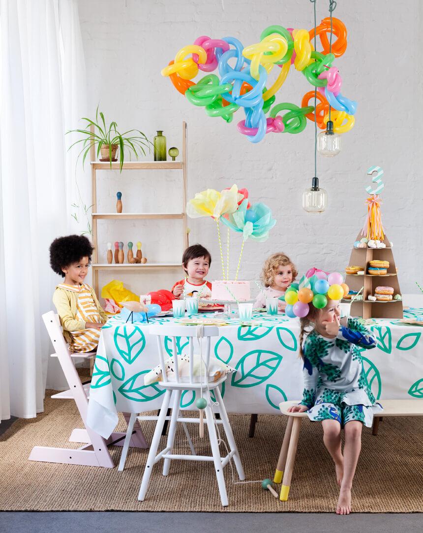 Flower Pops Partytisch: Deko für Kindergeburtstag selbst basteln