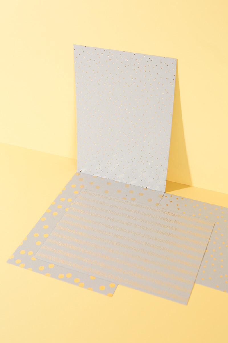 Welch ein spannender Effekt: Hot Foil in Gold, Silber, Kupfer und Regenbogen-Silber auf Graukarton. Damit lassen sich allerhand zauberhafte Dinge basteln. Wie wäre es mit Grußkarten, DIY Einladungen oder Geschenkschachteln basteln? Bestimmt hast du noch viele ganz andere Ideen! #wlkmndys #basteln #diy #bastelnmitkindern #bastelmaterial