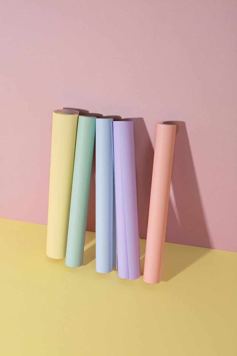Wie wäre es mit Geschenke mal ganz zart bunt verpackt? Entdeckt und es war Liebe auf den ersten Blick: Die super handlichen Tiny Rolls mit 5 Meter Geschenkpapier in schönsten Pastell-Tönen. Der Trick ist, dass die Rollen nur 35 cm breit sind und damit das Verpacken von Kleinigkeiten für die Liebsten zum Kinderspiel wird. Mein absolutes Must-Have in der DIY Geschenk-Verpackungskiste. Nur welche Farbe? Am besten alle! #wlkmndys #geschenke #diy #diyideen #basteln