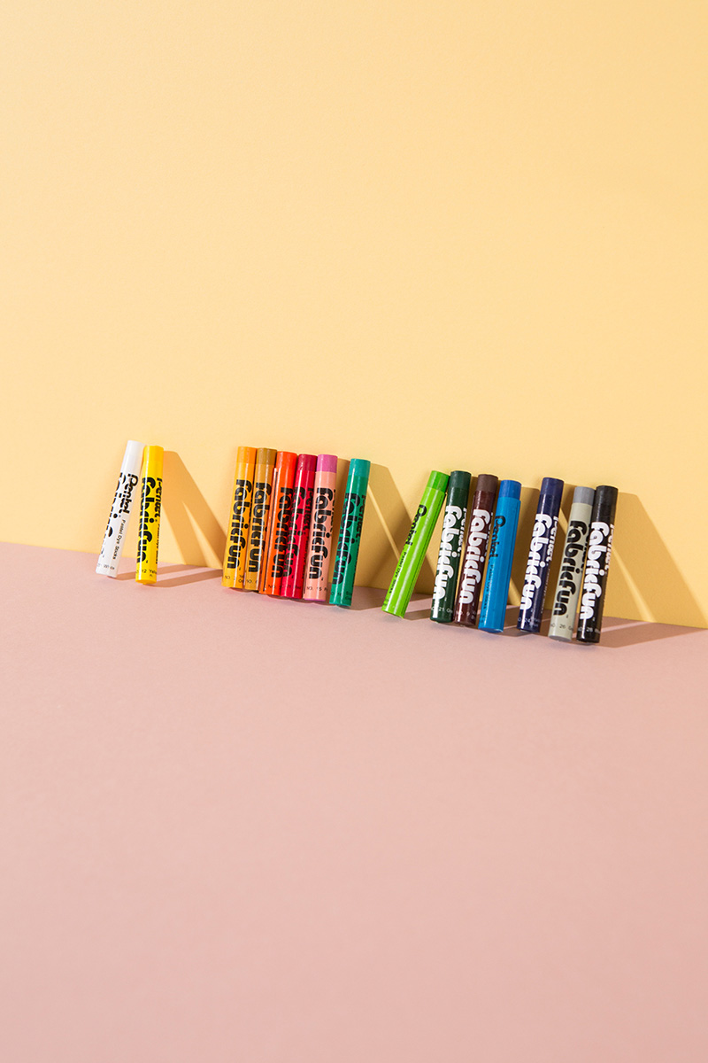 Der absolute Traum zum Malen auf Stoff – für kleine und große Kreativköpfe. Mit den Stoffmalkreiden lassen sich sogar einfach Farbverläufe zaubern! Nach dem Auftragen muss die Farbe mit dem Bügeleisen fixiert werden und ist dann waschbar. Konturen lassen sich sehr gut mit dem Pentel Gel Roller (Link!) zeichnen. CE-zertifiziert, für Kinder ab 3 Jahren geeignet. Set mit 15 Farben. #wlkmndys #diy #basteln #diyideen #bastelnmitkindern
