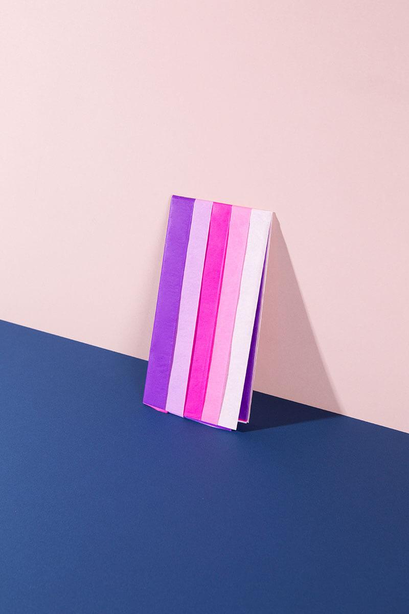 Seidenpapier ist ein zauberhaftes Bastelmaterial für deine kreativen DIY Projekte! Ob für flauschige Feuerschweife an Raketen, fröhliche Seidenpapier-Quasten oder zum Verpacken von Geschenken: Mit diesem bunten Farbmix ist dein Kreativfundus perfekt ausgestattet für Basteln - besonders mit Kindern! Inhalt: 5 Bogen. Stärke: 20g/m². Format: 50 x 70 cm. #wlkmndys #basteln #diy #bastelnmitkindern #bastelmaterial