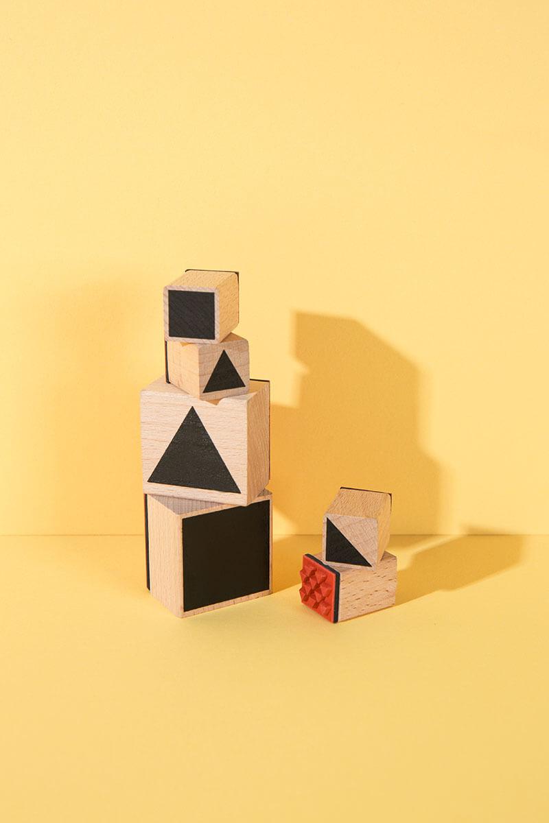 Mit den eckigen Formen dieses Stempelsets lassen sich allerhand lustige Dinge mit Kindern basteln und zaubern. Wie wäre es mit einem all-over Print auf Geschenkpapier oder einem DIY Muster auf deinem T-Shirt? Auch Grußkarten lieben die geometrischen Formen und Kinder bauen ganze Traumwelten auf Papier damit. Happy Stempelzeit! 6 Stempel im Set mit einem schwarzen Tuschestempelkissen. #wlkmndys #basteln #diy #bastelnmitkindern #bastelmaterial