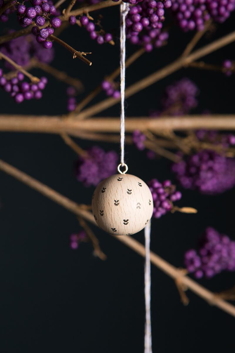 Weihnachtskugeln aus Holz basteln