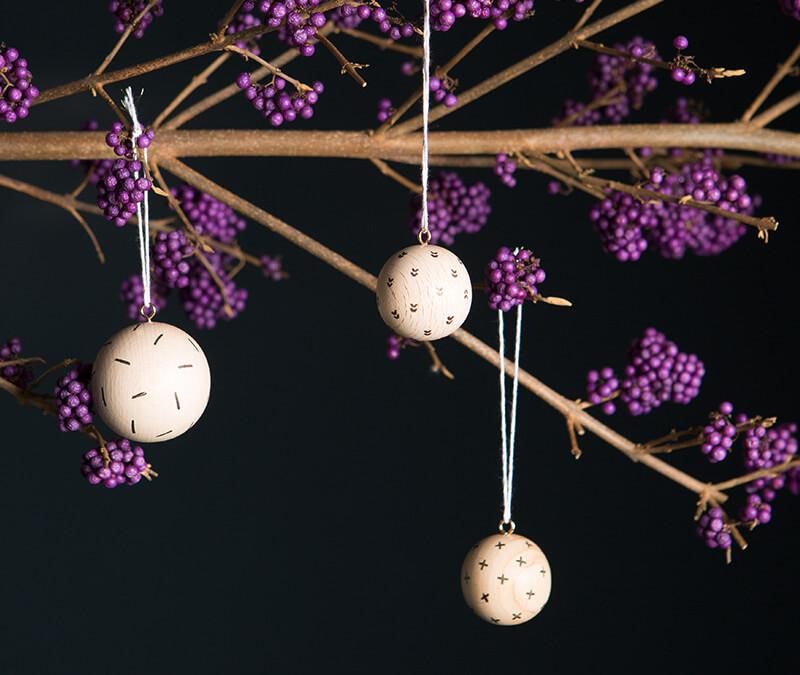 Weihnachtskugeln aus Holz