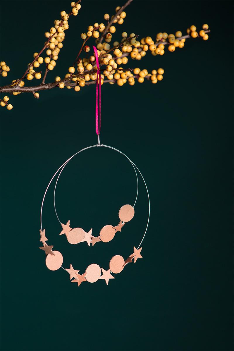 Diese schönen Ringe sind wirklich die einfachste und schnellste DIY Deko für Weihnachten! Wenn ihr also dieses Jahr eure Dekoration für die Adventszeit selbst oder mit Kindern basteln möchtet, schaut euch meine Step-by-Step Anleitung im Blog an. Aus Karton oder Pappe einfach schöne Formen stanzen – sie lassen sich wunderbar auffädeln. Viel Spaß beim basteln! #wlkmndys #weihnachten #dekoration #deko #diy #diyideen #basteln #bastelnmitkindern