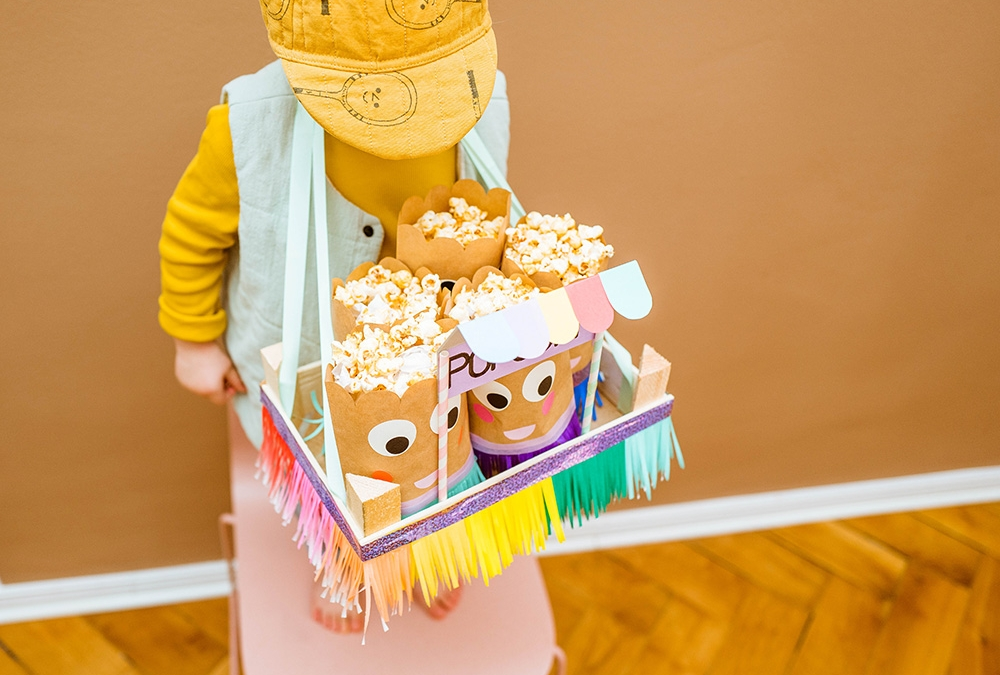 Für das Kinderkino einen Popcorn Bauchladen basteln