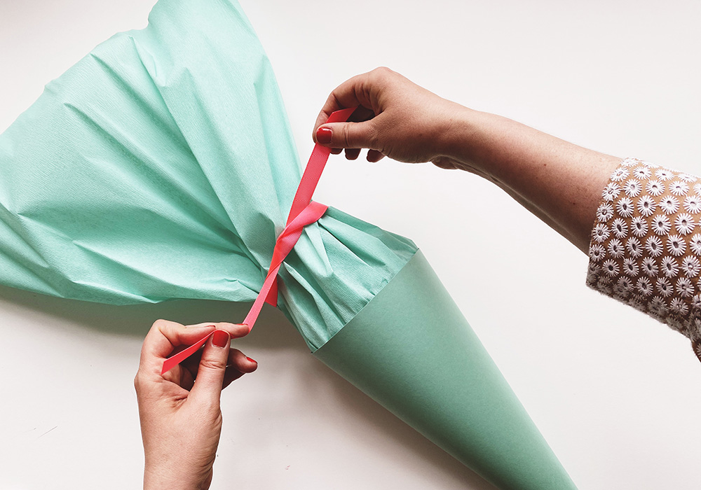 Schultüten Rohling basteln - Verschluss aus Krepppapier basteln