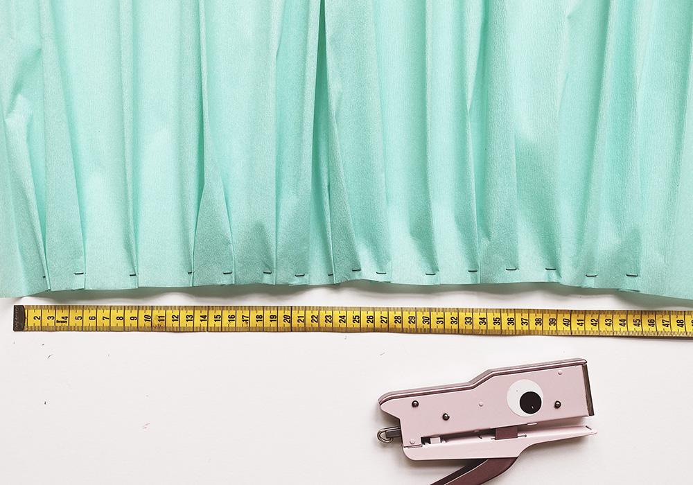 Auf die passende Länge der Krepppapierbahn für die Schultüte achten