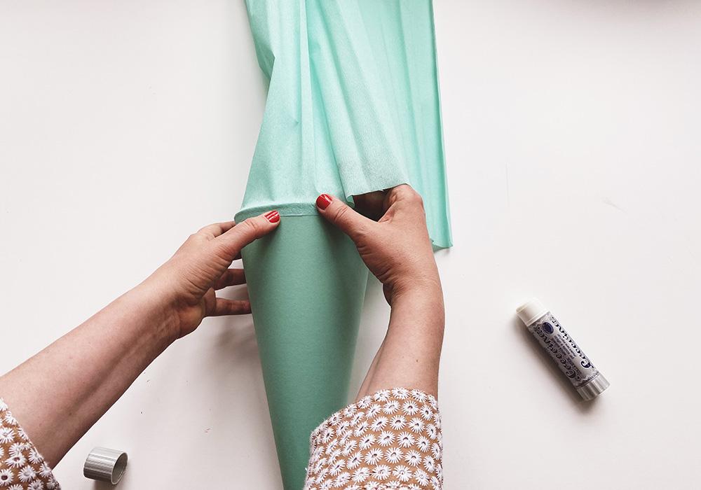 Schultüten-Rohling mit Krepppapier von außen bekleben
