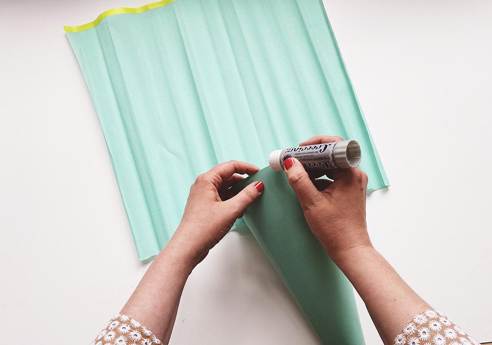 Etwas Papierkleber außen auf den Rand der Schultüte auftragen