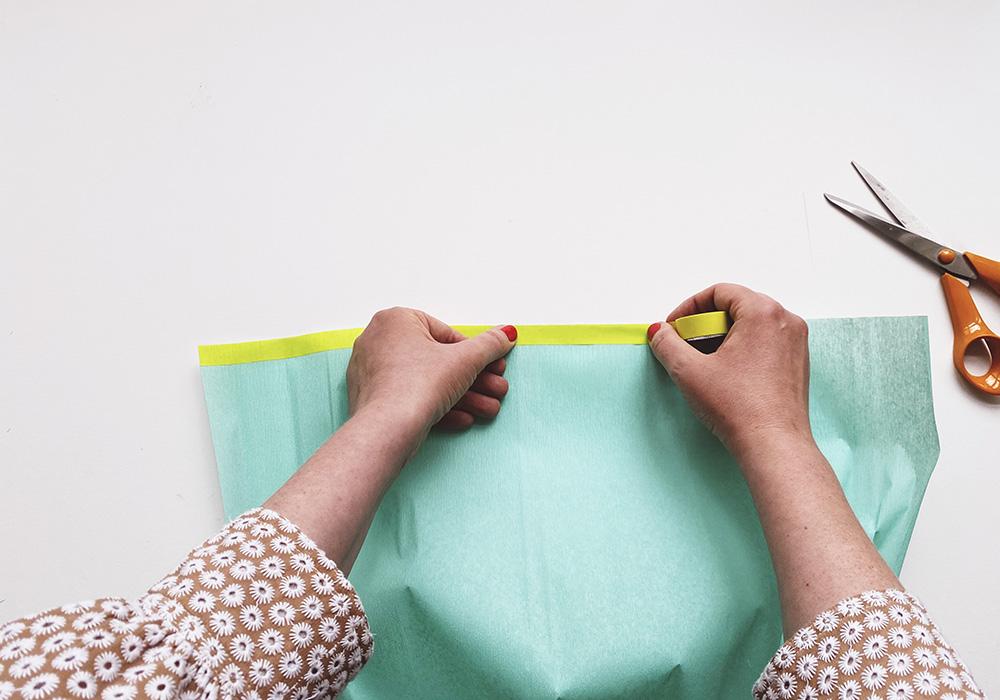 Schultüten Verschluss basteln - Das Kreppapier mit Masking Tape als Abschluss bekleben