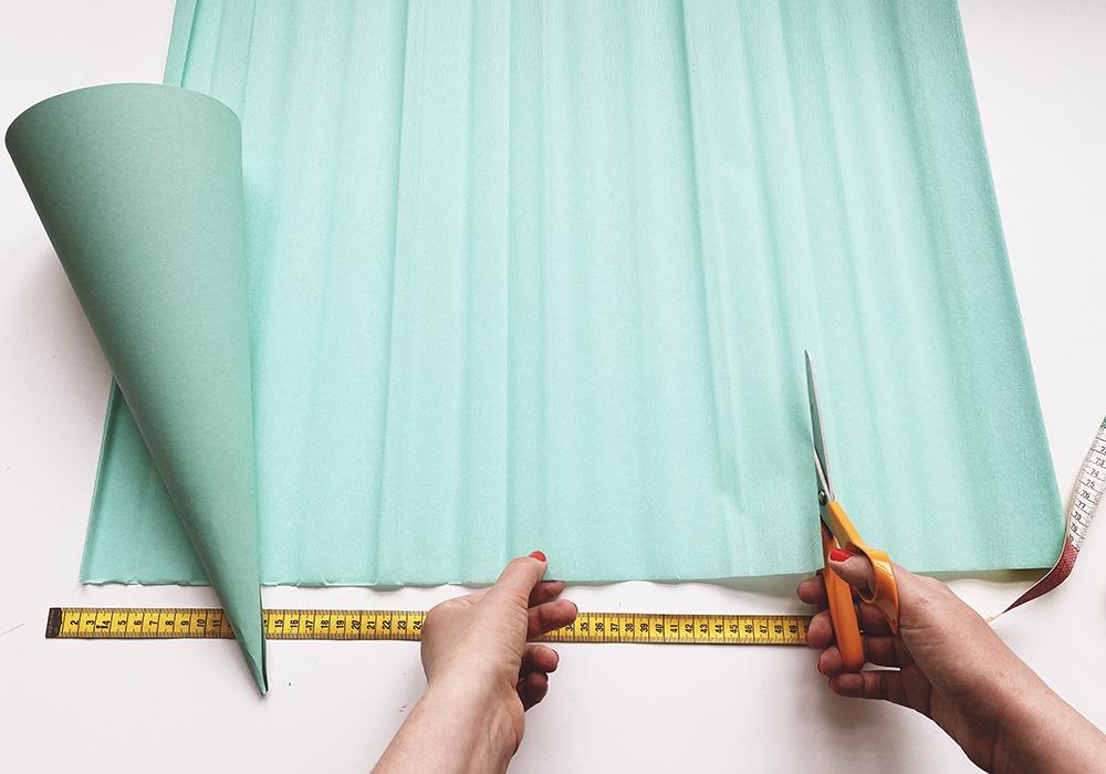 Aus Krepppapier ein Stück entsprechend dem Umfang der Schultüte schneiden