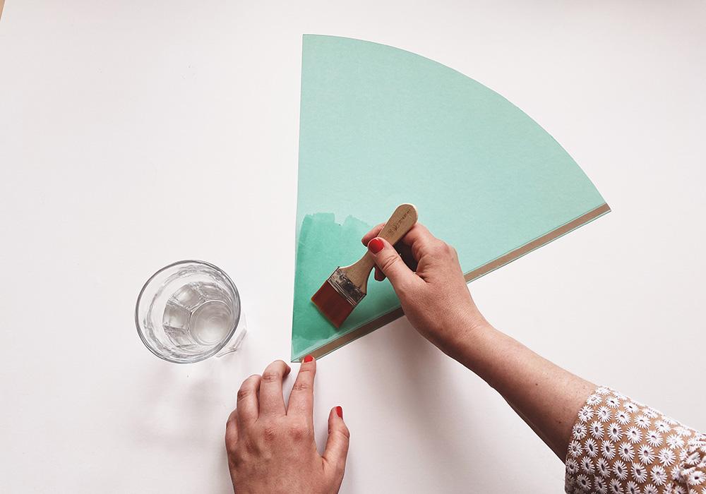 Das Wasser macht den unteren Bereich des Papiers weicher damit es sich einfacher formen lässt