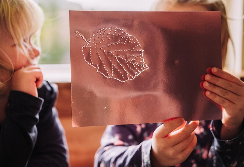 Kinderleicht eine glänzende Blätter Girlande basteln