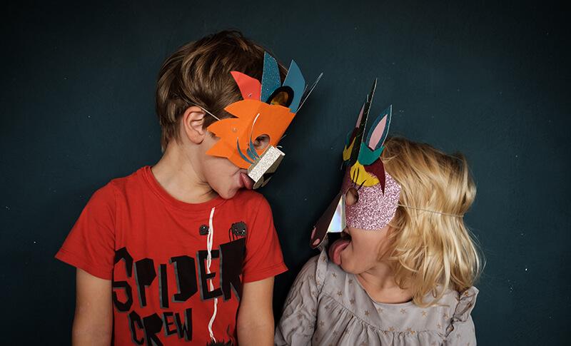 Masken basteln mit Kindern und in schöne Fantasiewelten eintauchen