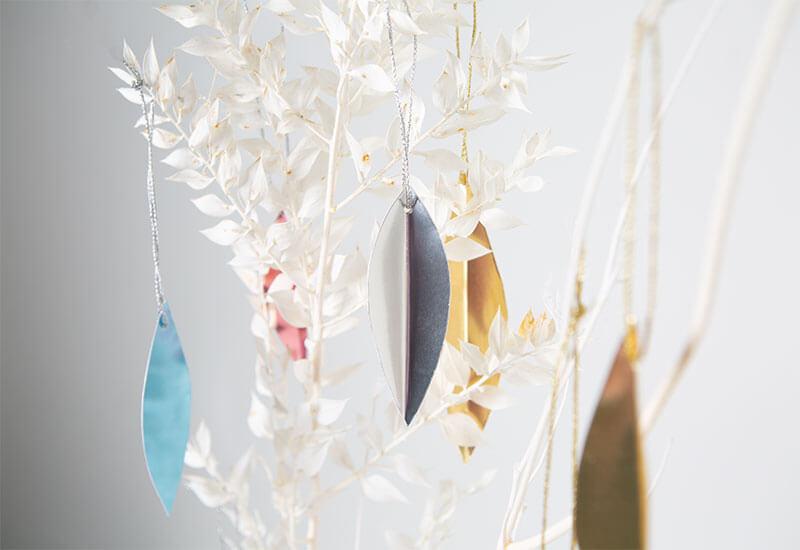 Minimalistische Weihnachtsdeko basteln: Glänzende Blätter