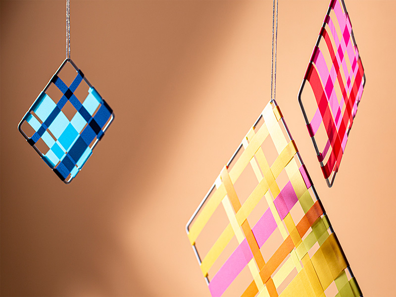 Mit Papier einfach Diamanten als Fensterdeko weben