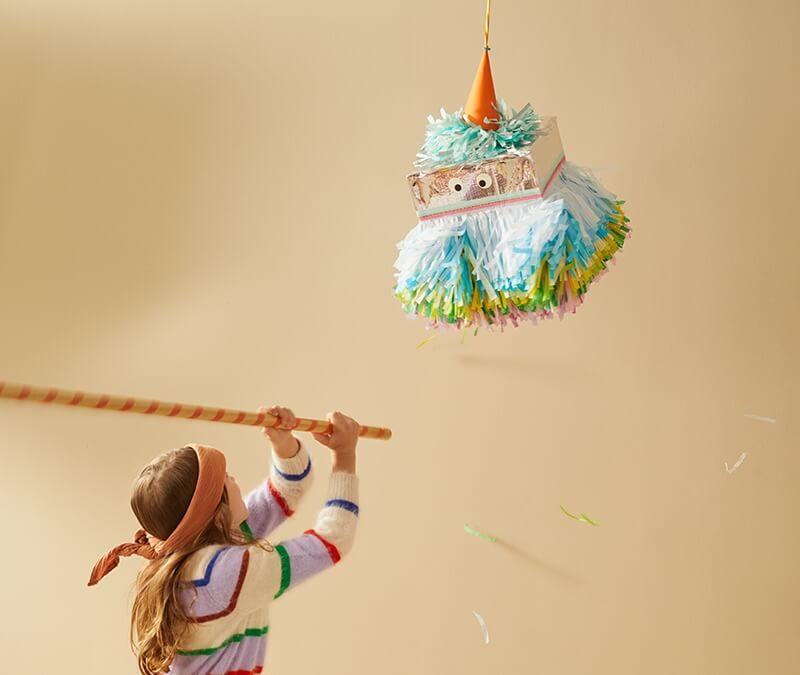 Ganz ohne Kleister: Einfach eine kunterbunte Piñata aus einem Versandkarton basteln