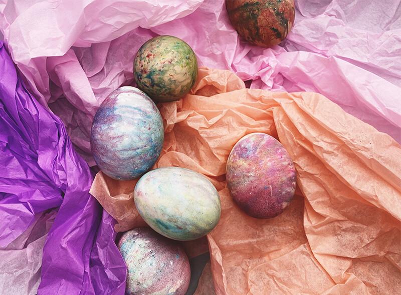 Mit einem lustigen Farbexperiment kinderleicht Ostereier bunt färben