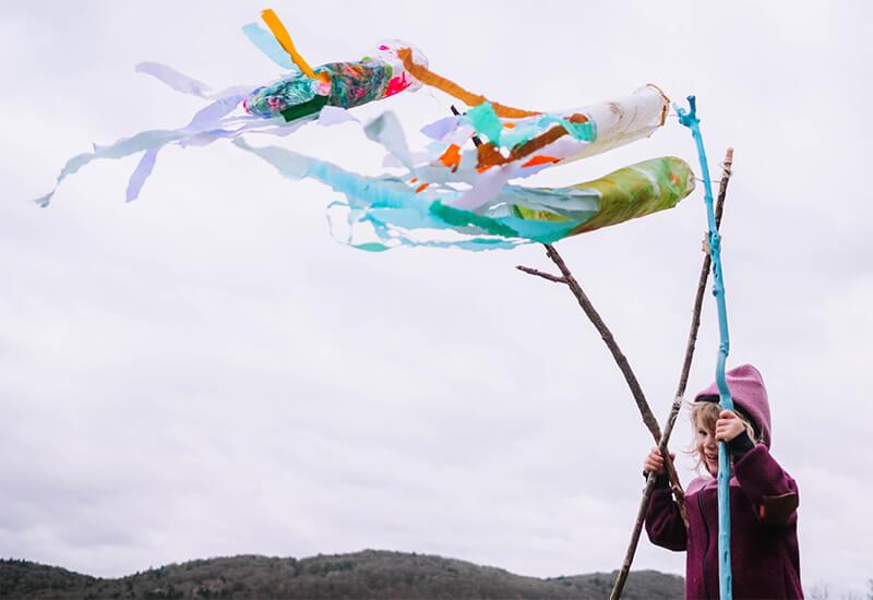 Im Wettlauf mit dem Wind – kunterbunte Windtüten mit Kindern basteln