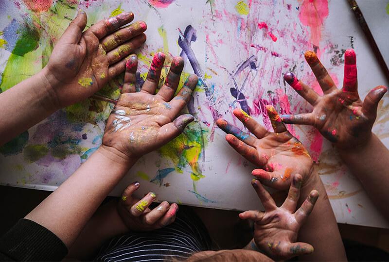 Bähm! Eine Kinderkunstparty mit Fingerfarben und Werkzeugen aus Karton