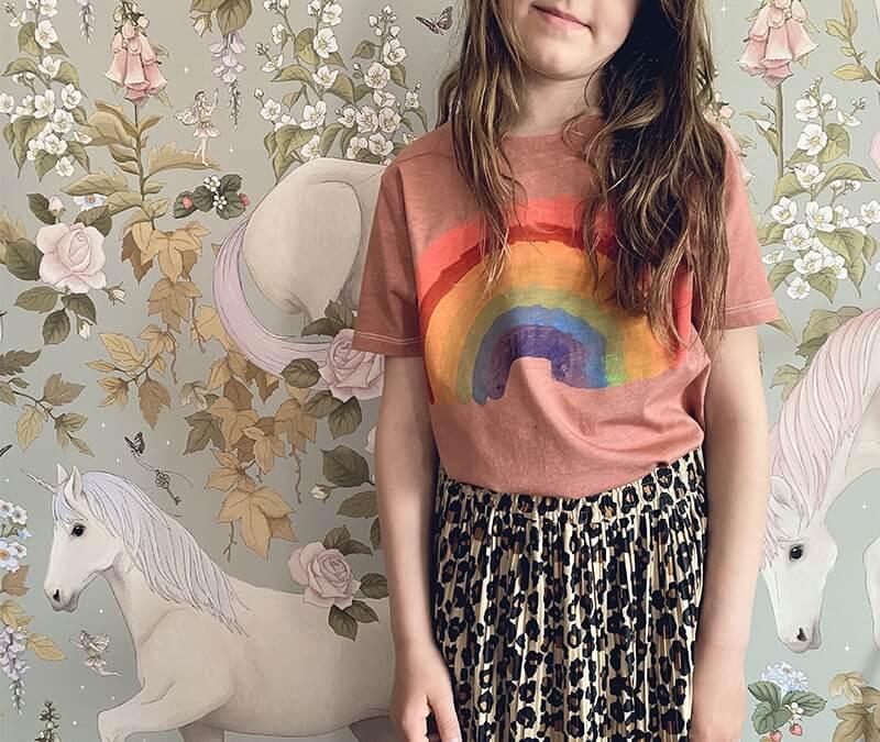 Mini Designer: So einfach zauberst du ein Regenbogenshirt