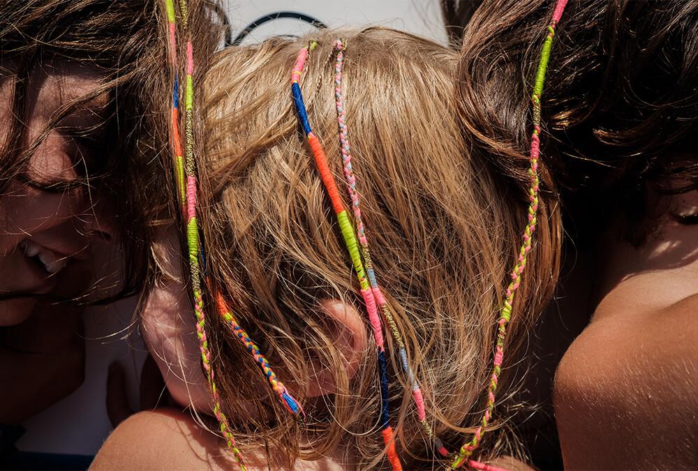 Bunte Haarsträhnen knüpfen