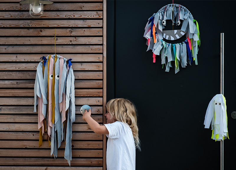 Dekorieren für Halloween: Boo! Bei uns hängen Fransenmonster an der Tür